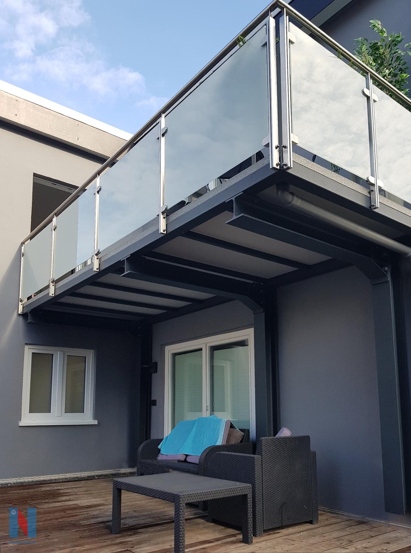 Raffinierter Balkon in Mühlheim, geplant und umgesetzt von der Edelstahlschlosserei Nappenfeld aus Mülheim