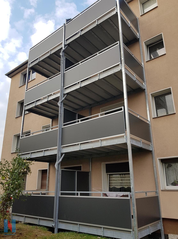 Balkone für Duisburger WEG, gebaut und umgesetzt von der Edelstahlschlosserei Nappenfeld aus Mülheim