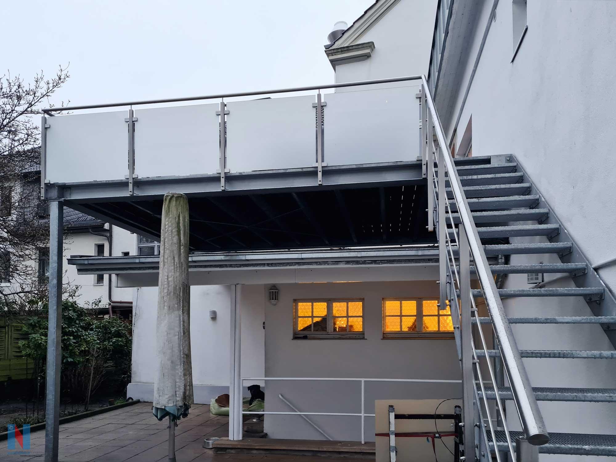 Anbau aus Stahl in Düsseldorf: Stahlkonstruktion mit Treppe, Edelstahlgeländer und Sicherheitsglas, gebaut und umgesetzt von der Edelstahlschlosserei Nappenfeld aus Mülheim