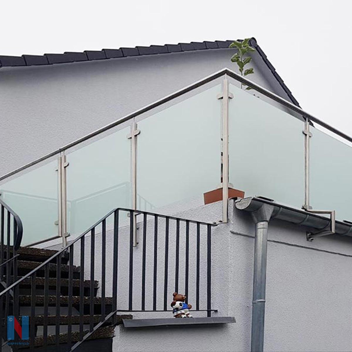 Balkongeländer in Duisburg, gebaut und umgesetzt von der Edelstahlschlosserei Nappenfeld aus Mülheim