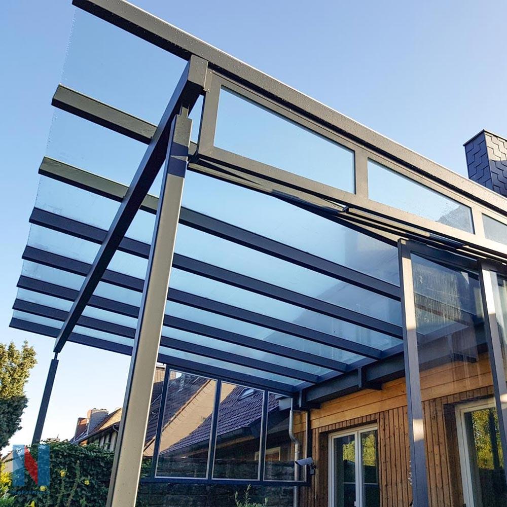 Pulverbeschichtetes Vordach mit Glas in Mettmann, gebaut und umgesetzt von der Edelstahlschlosserei Nappenfeld aus Mülheim