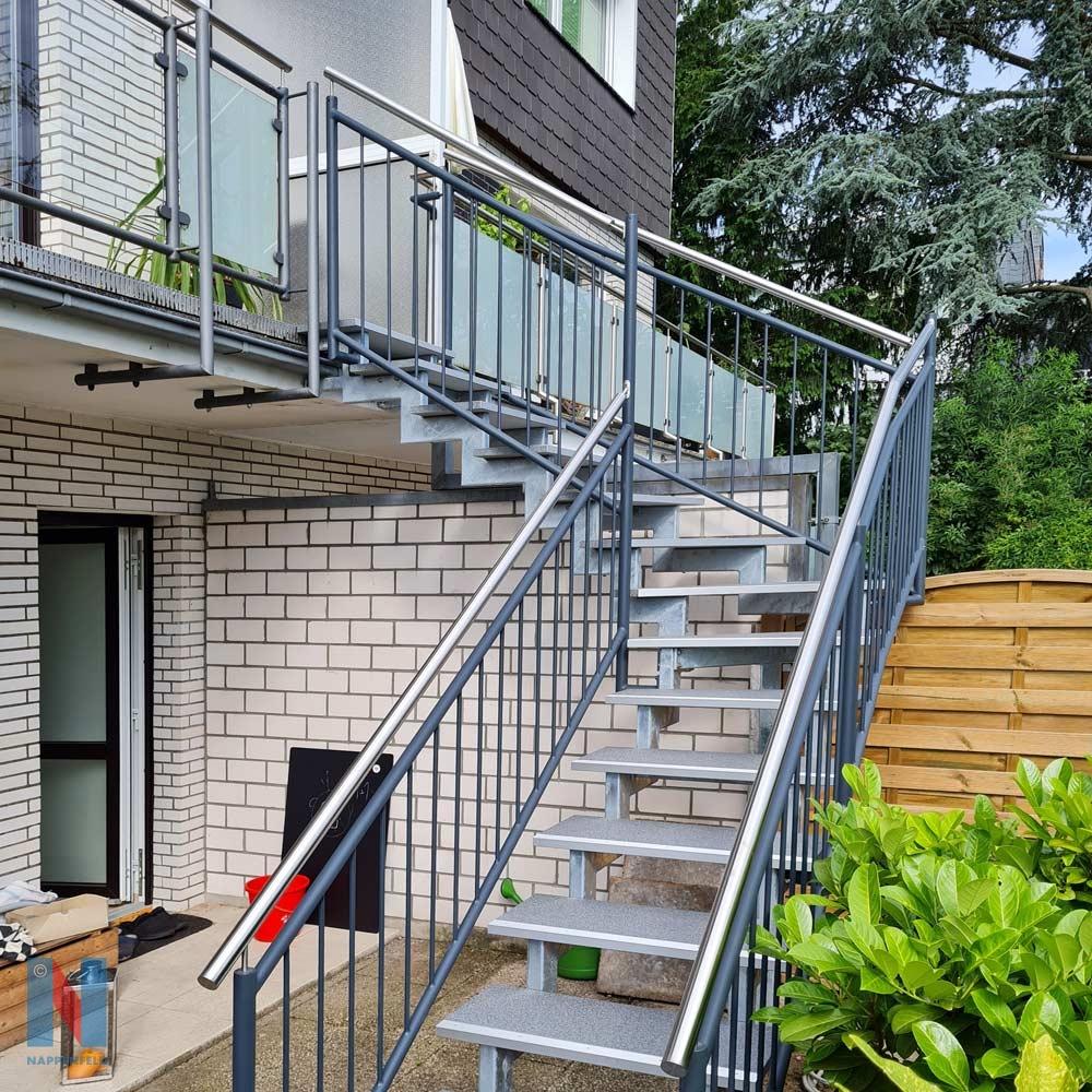 Treppenbau in den Mülheimer Garten von der Edelstahlschlosserei Nappenfeld aus Mühlheim, gebaut und umgesetzt