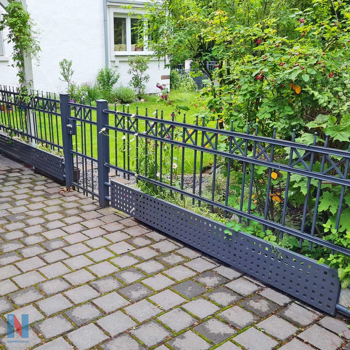Eine pulverbeschichtete Zaunanlage für ein Einfamilienhaus in Mülheim, geplant und umgesetzt von der Edelstahlschlosserei Nappenfeld aus Mühlheim