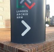 Für das Landesarchiv NRW, welches staatliche Behörden, Gerichte und Einrichtungen berät, fertigte die Edelstahlschlosserei Nappenfeld aus Mühlheim am Standort Duisburg mehrere Hinweisschilde