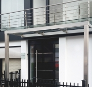 In Mülheim an der Ruhr fertigte die Edelstahlschlosserei Nappenfeld für eine Villa ein schickes Vordach aus Edelstahl und durchgehender Sicherheitsscheibe.
