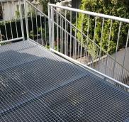 In Mülheim hat die Edelstahlschlosserei Nappenfeld für eine Einliegerwohnung eine verzinkte Außentreppe entworfen und realisiert