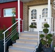 Edelstahlschlosserei Nappenfeld realisierte in Mülheim ein neues Geländer für den Hauseingang eines Einfamilienhauses
