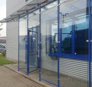 Für den Firmensitz von MEG in Mülheim an der Ruhr fertigte die Edelstahlschlosserei Nappenfeld eine verzinkte und pulverbeschichtete Windfang-Konstruktion mit integrierter Tür- und Lochblechoptik