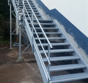 Eine Feuerschutztreppe fertigte und montierte die Edelstahlschlosserei Nappenfeld für ein Bruchsteinwerk in Mülheim an der Ruhr