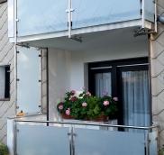 An einem Mehrfamilienhaus in Mülheim frischte Balkonprofi Nappenfeld zwei Balkone aus
