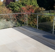 In Essen-Werden realisierte die Edelstahlschlosserei Nappenfeld aus Mühlheim für eine Terrasse ein schickes 15 m langes Edelstahlgeländer.