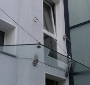 Der Edelstahlbauer Nappenfeld fertigte in Mülheim an der Ruhr ein Vordach in Kombination mit Edelstahl und Sicherheitsglas