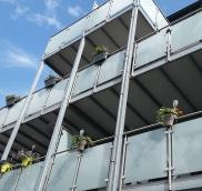Die Edelstahlschlosserei Nappenfeld aus Mühlheim realisierte für eine große Balkonanlage in Mülheim mehrere Edelstahl-Geländer in Kombination mit einem Aufzug