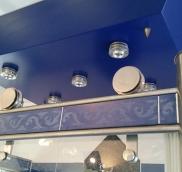 In Mülheim fertigte die Edelstahlschlosserei Nappenfeld für eine Villa eine neue Duschkabine aus Edelstahl mit integrierten blauen Fliesenbordüren