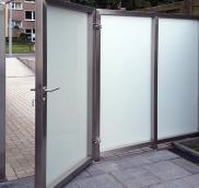 Die Edelstahlschlosserei Nappenfeld fertigte für ein Einfamilienhaus in Mülheim eine neue schicke Trendwand mit einer Tür aus Edelstahl in Kombination mit Milchglas