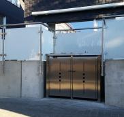 Edelstahlschlosserei Nappenfeld aus Mühlheim realisierte in Bottrop ein ca. 10m langes Edelstahl-Geländer in Kombination mit weiß mattem Sicherheitsglas