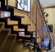 In Mülheim fertigte die Edelstahlschlosserei Nappenfeld eine neue Zweiholm-Treppe in Kombination mit Buche-Stufen und einem Edelstahl-Geländer