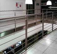 In Dinslaken errichtete die Edelstahlschlosserei Nappenfeld aus Mühlheim ein neues Edelstahlgeländer als Galeriegeländer auf der ersten Etage eines Kaufhause