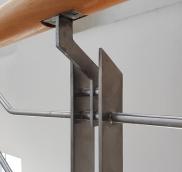 Detailaufnahme von Treppen-Geländer in Mülheim-Mitte, konzipiert und umgesetzt von der Edelstahlschlosserei Nappenfeld aus Mühlheim