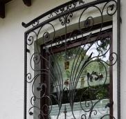 In Mülheim-Raffelberg verwirklichte die Edelstahlschlosserei Nappenfeld aus Mühlheim ein neues, hochwertiges Barock-Schmiedefenstergitter für das Fenster einer Privat-Villa