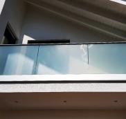 In Ratingen-Hösel realisierte die Edelstahlschlosserei Nappenfeld aus Mühlheim ein Ganzglas-Geländer für eine Dachloggia