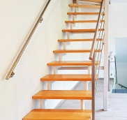 In Mülheim-Raffelberg konstruierte und montierte die Edelstahlschlosserei Nappenfeld eine Treppe mit Buchenstufen und zwei weißen Holmen