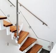 In dem kleinen Städtchen am Niederrhein, das den großen Namen Alpen trägt, fertigte die Edelstahlschlosserei Nappenfeld aus Mühlheim eine zweigeschossige Stahlholm-Treppe mit Naturbuchenstufen