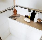 Für den Dusch- und Badbereich eines Wohnhauses in Essen-Kettwig fertigte die Edelstahlschlosserei Nappenfeld aus Mühlheim einen hochglanzpolierten V4A-Edelstahlhandlauf