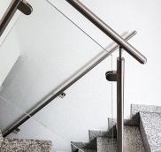 In Mühlheim wurde ein altes Haus renoviert und Edelstahlschlosserei Nappenfeld steuerte neue Edelstahl-Geländer in Schräglage mit Sicherheitsglas bei
