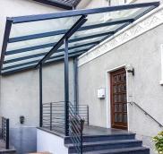 In Mülheim-Saarn realisierte Mülheims Edelstahl-Experte Nappenfeld ein neues, großes Vordach mit integrierten Geländern für ein Einfamilienhaus
