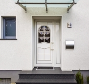 In Mülheim-Speldorf montierte der Edelstahlexperte Nappenfeld ein neues Vordach an einem Einfamilienhaus