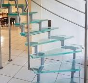 Die Edelstahlschlosserei aus dem Ruhrgebiet konstruierte eine neue Glas-Stahl-Treppe in leichter Ausführung.