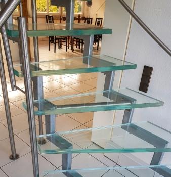 Treppe aus Stahl und Glas