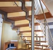 Für die Ausstellung eines Sanitär-Unternehmens aus Oberhausen konstruierte die Edelstahlschlosserei Nappenfeld aus Mühlheim eine neue Treppe aus Holz und Stahl