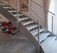 Neue Treppe aus Edelstahl montierte die Edelstahlschlosserei Nappenfeld in einer Villa in Mülheim