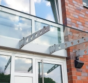 Edelstahlschlosserei Nappenfeld aus Mühlheim realisierte ein neues Vordach aus pulverbeschichtetem Stahl und Sicherheits-Glas in Mülheim.