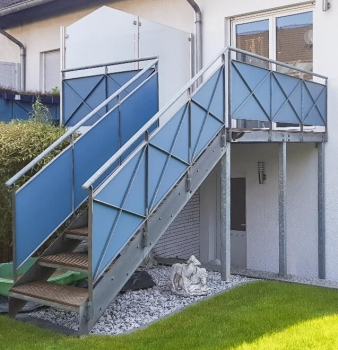 Balkon mit Sichtschutz & Treppe