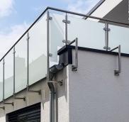 In Oberhausen montierte die Edelstahlschlosserei Nappenfeld aus Mühlheim ein neues Balkon-Geländer aus Edelstahl mit Sicherheitsglas