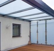 Der Edelstahl-Experte Nappenfeld aus Mühlheim montierte auf die Terrasse eines Mehrfamilienhauses ein Dach samt Seitenwände aus Milchglas.