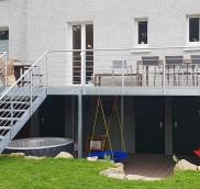 In Duisburg konzipierte, fertigte und montierte die Edelstahlschlosserei Nappenfeld aus Mühlheim einen verzinkten Balkon in einer Größe von 10 m x 3 m