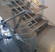 Robust, solide, unkaputtbar: So sieht die von der Edelschlosserei Nappenfeld aus Mühlheim für eine kleine Motorradausstellung in Neuss montierte Alu-Stahl-Konstruktion aus
