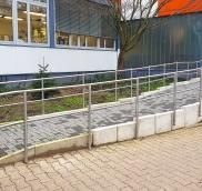 In Essen fertigte die Edelstahl Schlosserei Nappenfeld aus Mülheim an der Ruhr ein neues Edelstahl-Geländer für eine Rampe am Christlichen Jugenddorfwerk Deutschlands (CJD) NRW Nord.