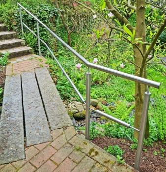 Unsere Edelstahlexperten bauen Geländer für Gartenbrücke