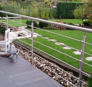 Ein Edelstahlgeländer fertigte die Edelstahlschlosserei Nappenfeld für eine 5 Meter lange Terrasse in Mülheim.