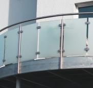 Einen Rundbalkon über einen Erkeranbau fertigte und realisierte die Edelstahlschlosserei Nappenfeld für ein Mehrfamilienhaus in Mülheim