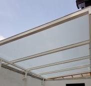 In Mülheim-Uhlenhorst realisierte die Edelstahlschlosserei Nappenfeld eine Vordachkonstruktion in verzinkter und weiß pulverbeschichteter Ausführung