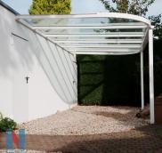 In Mülheim hat die Edelstahlschlosserei Nappenfeld einen 6 m x 3 m großen Carport mit abgerundeten Profilen parallel zur Garagenwand angebaut