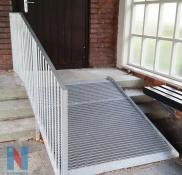 An einer Grundschule in Mülheim fertigte und montierte die Edelstahlschlosserei Nappenfeld eine behindertengerechte Rampe