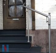 In der Mülheimer Stadtmitte realisierte die Edelstahlschlosserei Nappenfeld ein Handlauf aus Edelstahl in Kombination mit verzinkten und sonderlackierten Stützen in DB 703