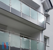 Für ein Mehrfamilienhaus in Düsseldorf fertigten der Edelstahl-Experte Nappenfeld aus Mülheim neue Edelstahl-Balkongeländer